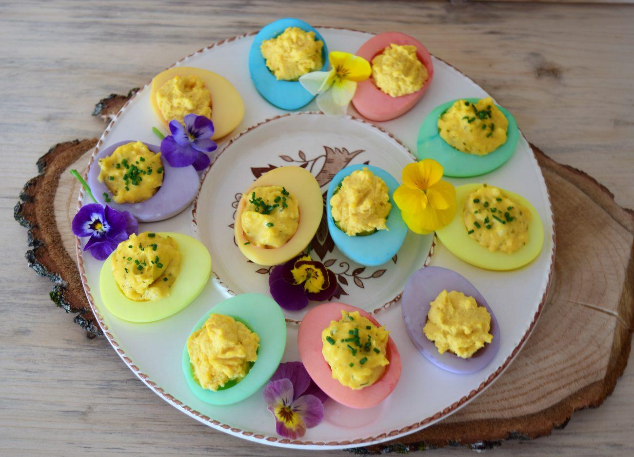 Bunte Frühlingseier, gefärtbe Eier, Eier, Frühling, Ostern, Eier färben, Blackforestkitchen, gefüllte Eier, herzafte Eier, Ei