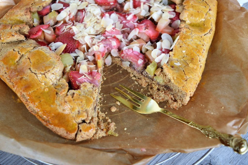 Gluten- und zuckerfreie Erdbeer-Rhabarber Galette