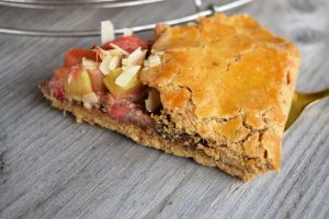 Gluten- und zuckerfrei Erdbeer-Rhabarber Galette