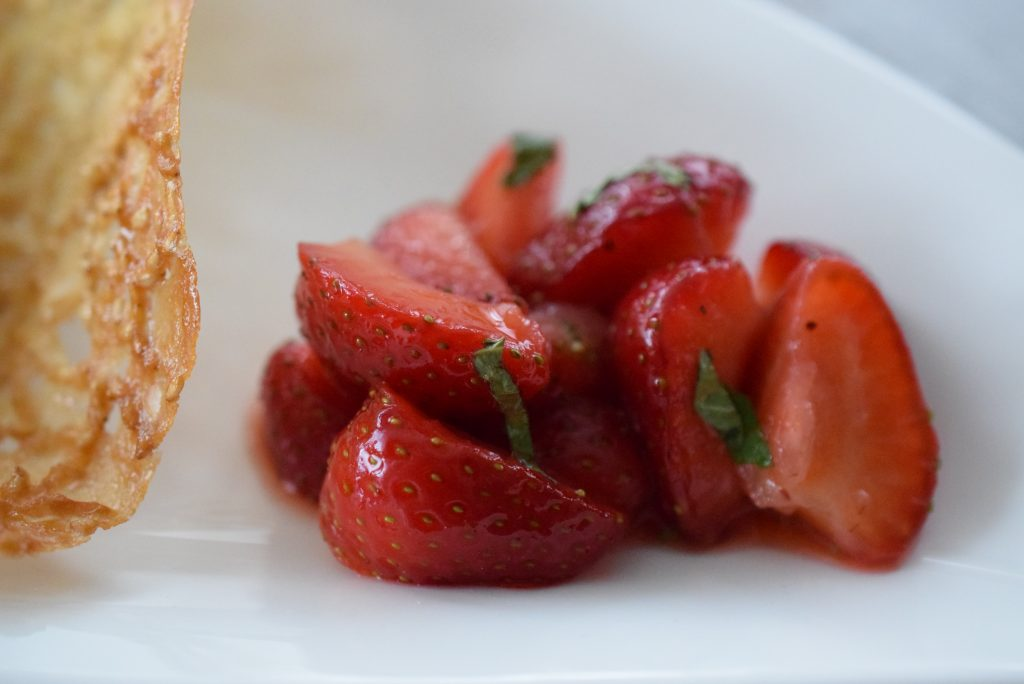 Erdbeermousse im Sesamkörbchen