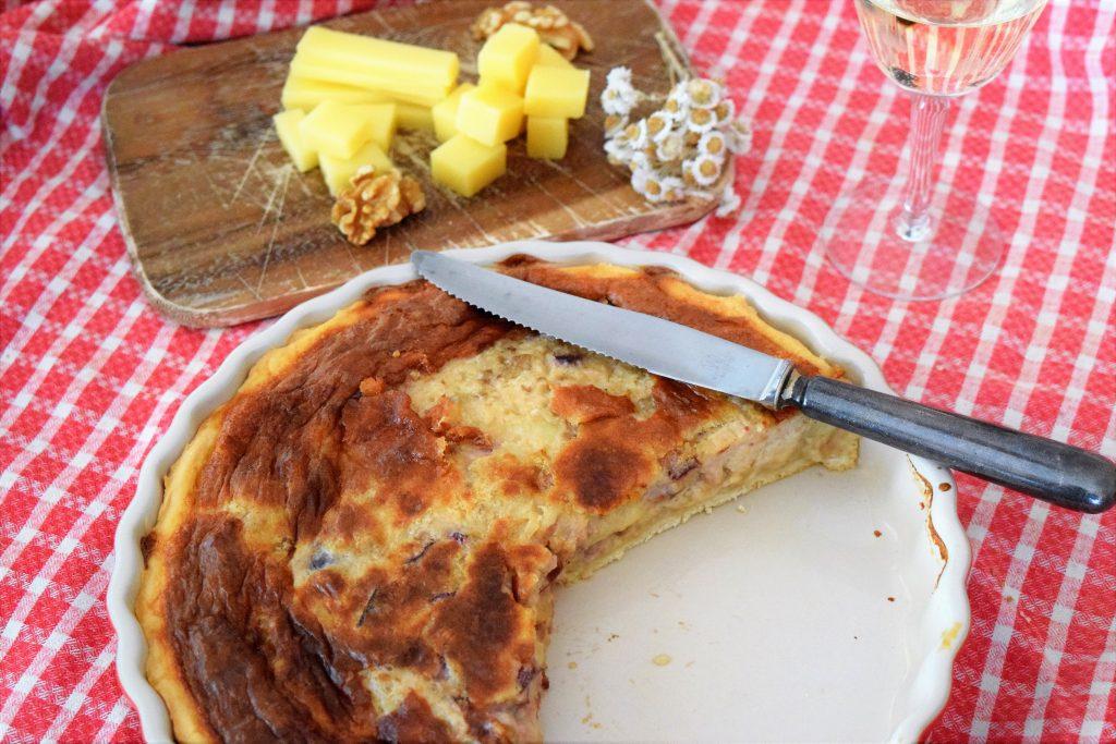 Schweizer Käsewähe mit Baumnüssen und Zwetschgen