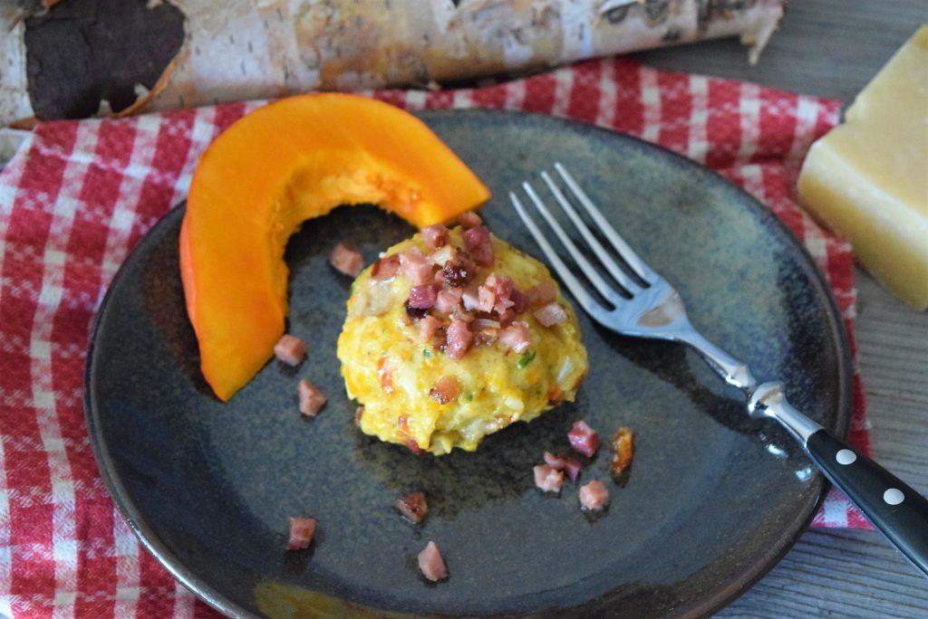 Köstliche Kürbisknödel mit Speckbutter und Parmesan