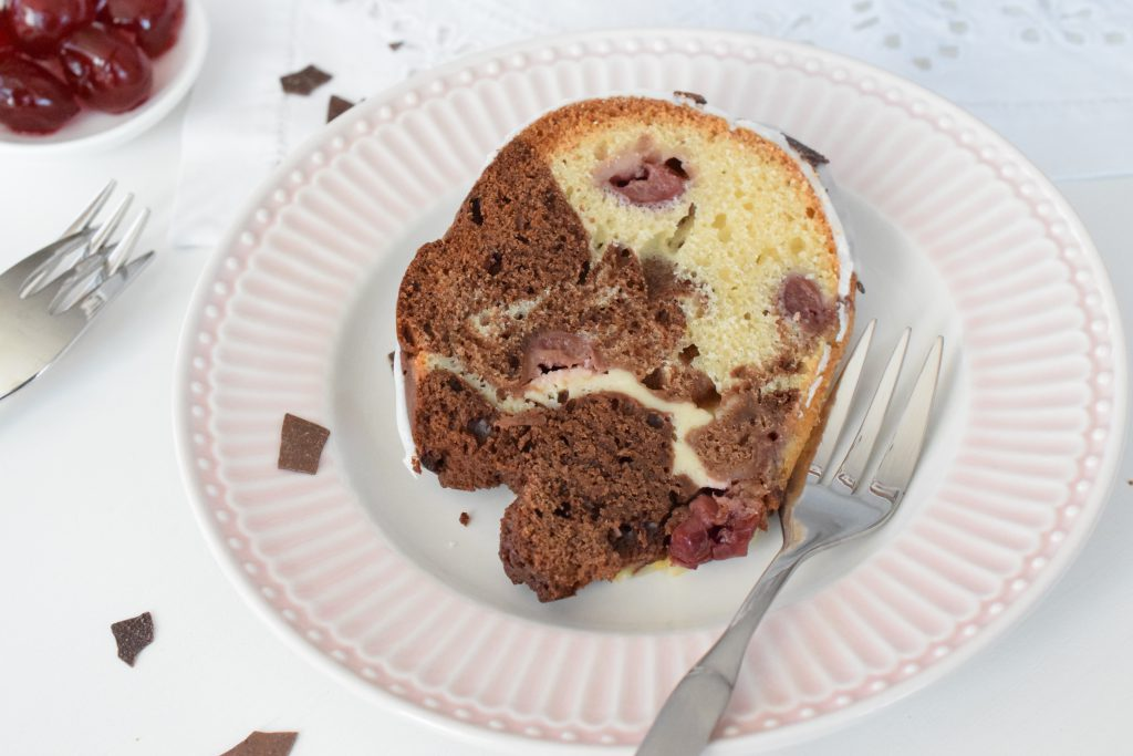 Schwarzwälder Kirsch Gugelhupf mit Cheesecake-Füllung