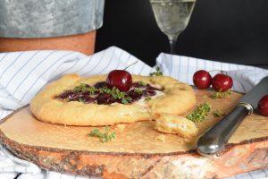 Crostata mit Kirschen und Ziegenfrischkäse