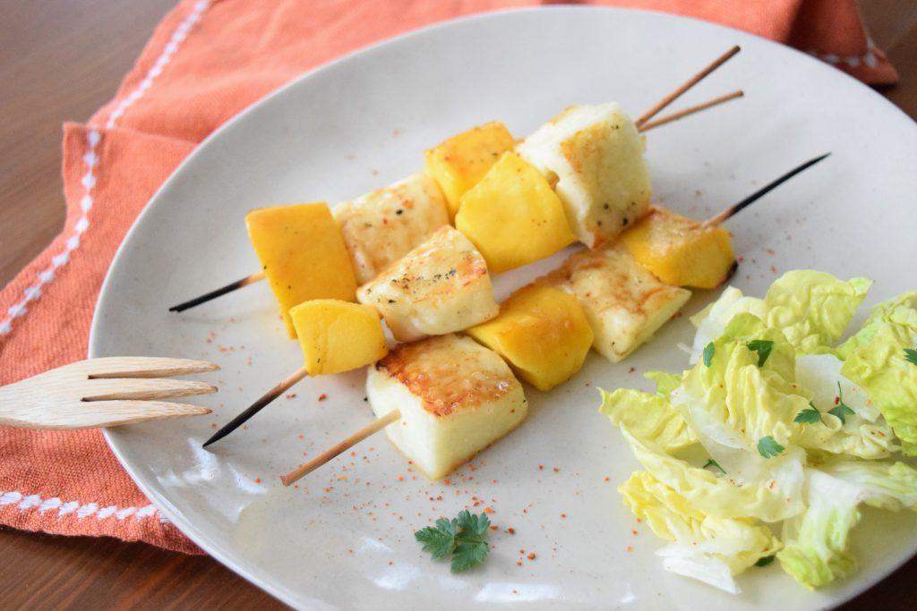 Honig-Limetten Hähnchenspieße und Mango-Halloumi-Spieße