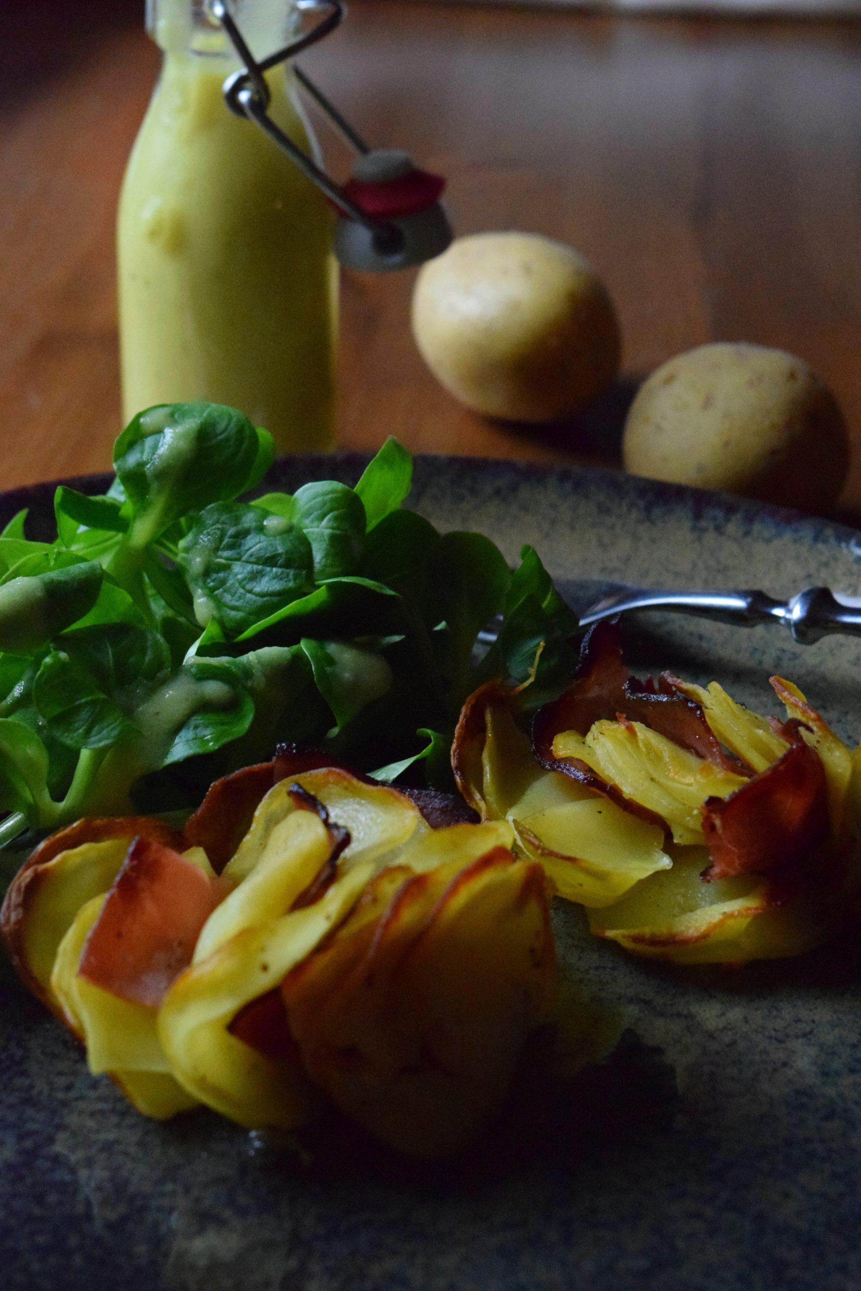 Kartoffel-Schinken-Rosen und Salat mit Kartoffeldressing