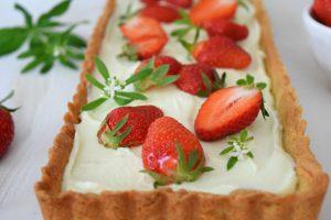 Waldmeistertarte mit Erdbeeren