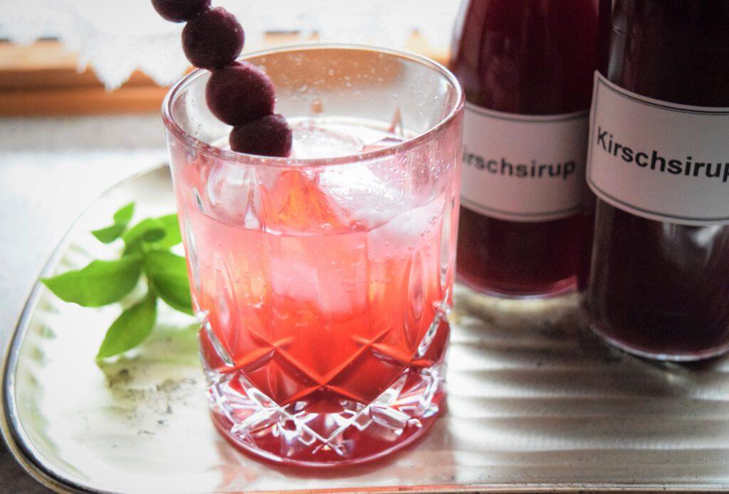 Kirsch-Gin mit selbstgemachtem Kirschsirum
